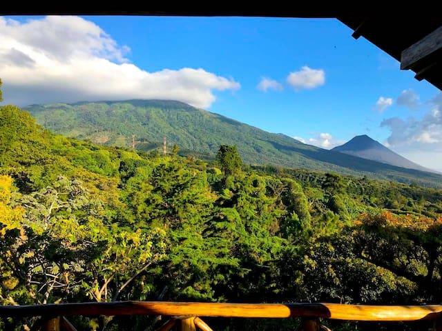 Cabaña Rustica con vista a los volcanes