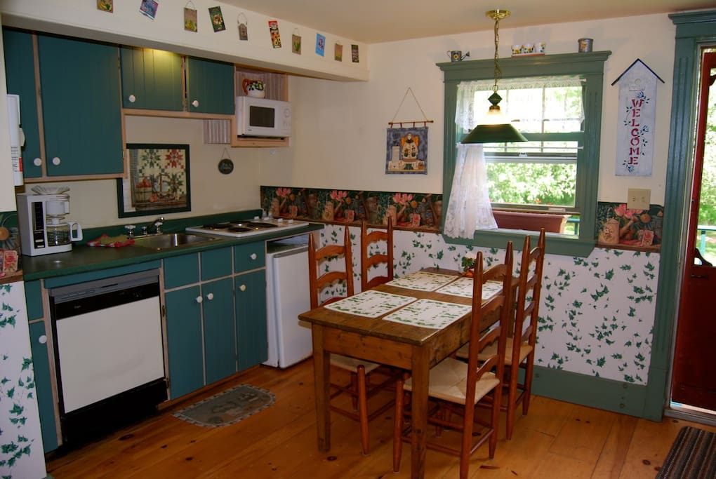 Kitchen fully equipped, pots& pans, dish washer, microwave, antique furnishings. Tea & coffee.