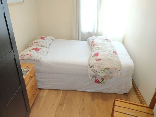 1 bed available in city center (couples friendly)