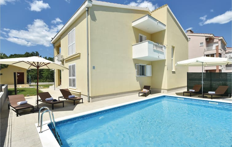 Holiday cottage with 4 bedrooms on 217 m²