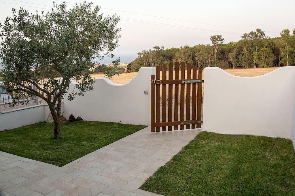 (IT) L'entrata nella casa con il giardino - (EN) The main entrance of the house with the garden