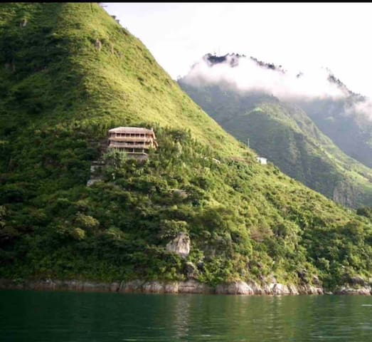 Breathtaking Views - Cliffside Waterfront Retreat