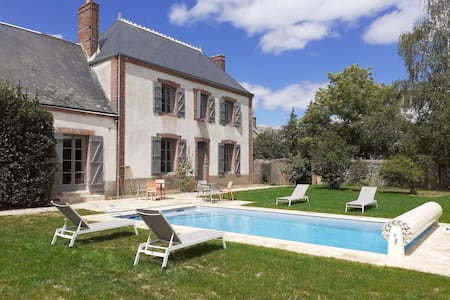 Ancien presbytère, piscine chauffée, jardin arboré