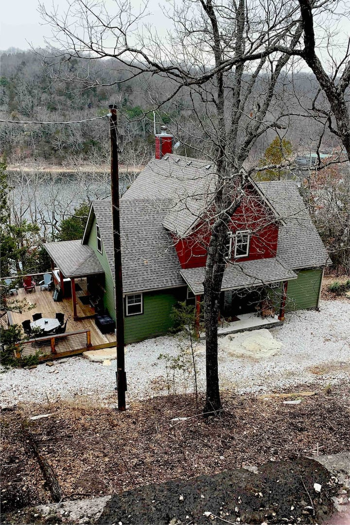 Beautiful ,secluded  lake front house get away