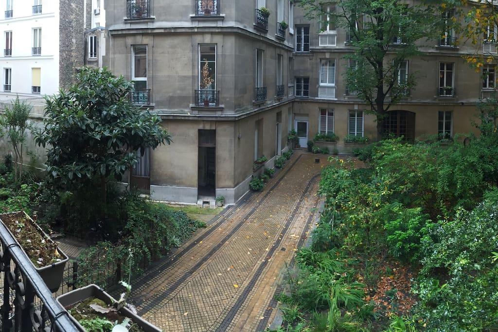 la vue du balcon sur la cour calme