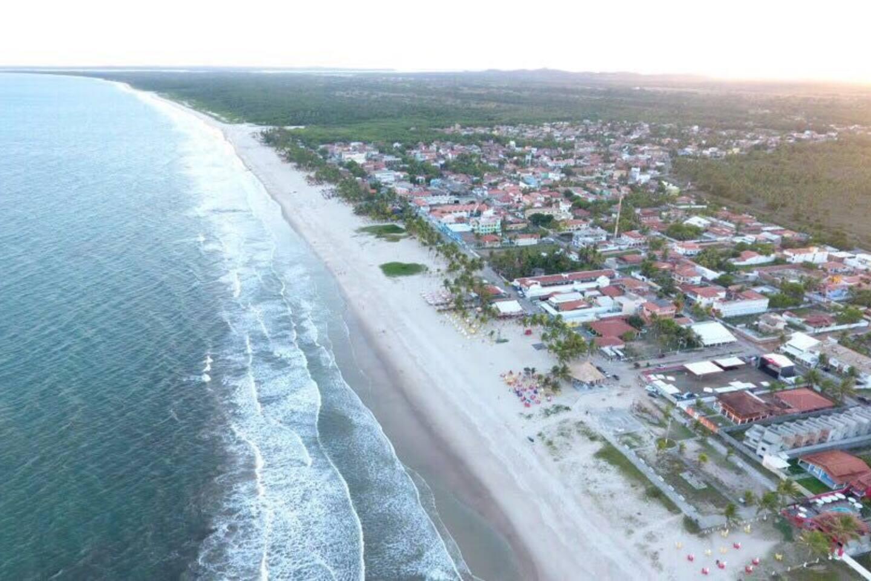 Praia do Guaibim, vista aérea da pequena e atraente praia, um lugar simples, tranquilo, hospitaleiro e livre de poluição.