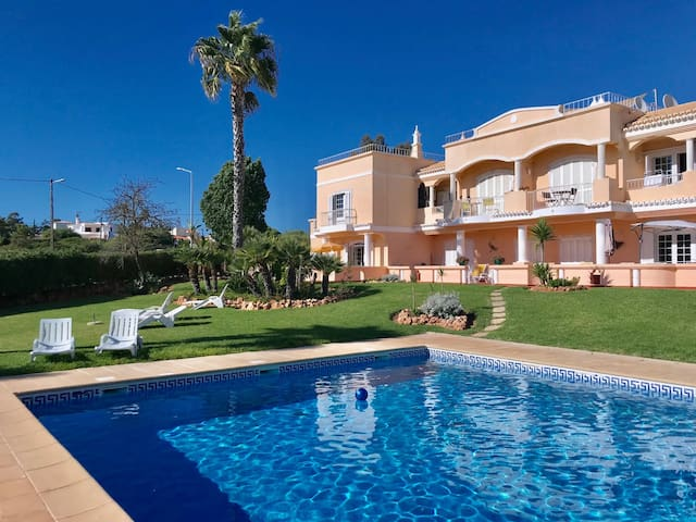 Apartment with pool very close to Marinha Beach