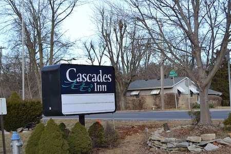 Cascades Inn, Rm 207, King, near IU - Bloomington - Apartment