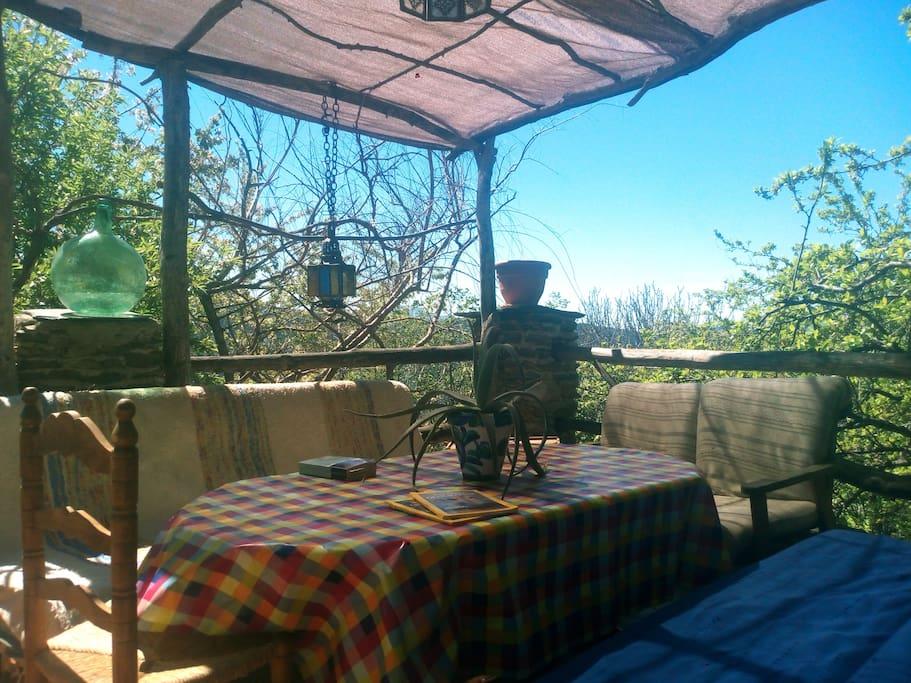 La terraza es perfecta para desayunar, leer, fumar...En definitiva:relajarse.