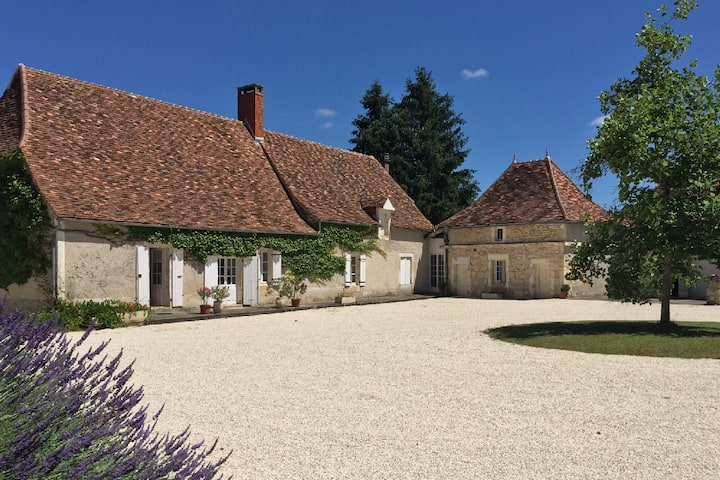 Farmhouse with huge shared pool near Market town
