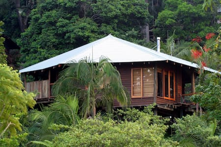 Luxury treehouses with Lake views - North Maleny