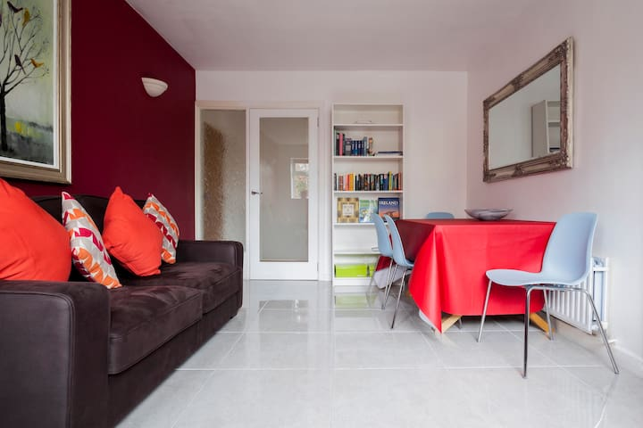 Quiet family stay in Donnybrook- Walk to Dublin.