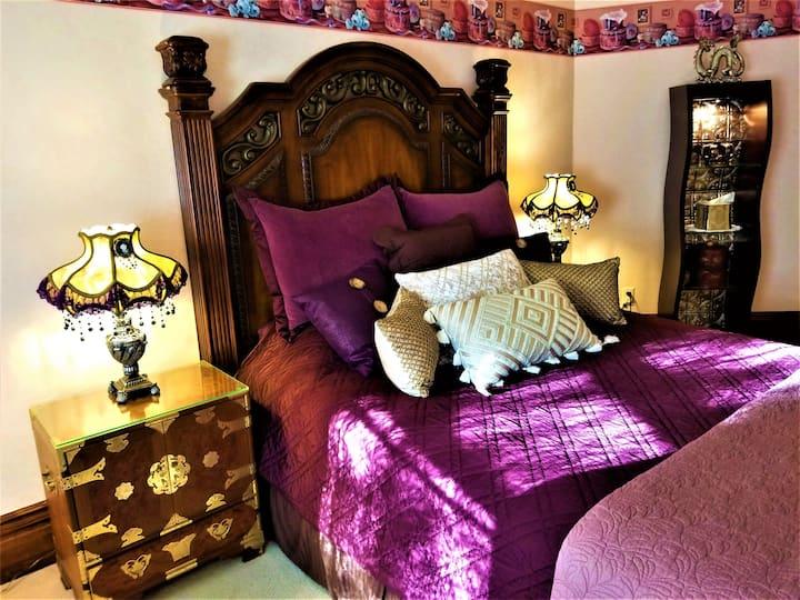 King's Court Bedroom - Steampunk Manor B & B