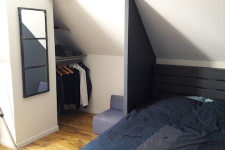 Chambre calme et agréable dans une grande maison