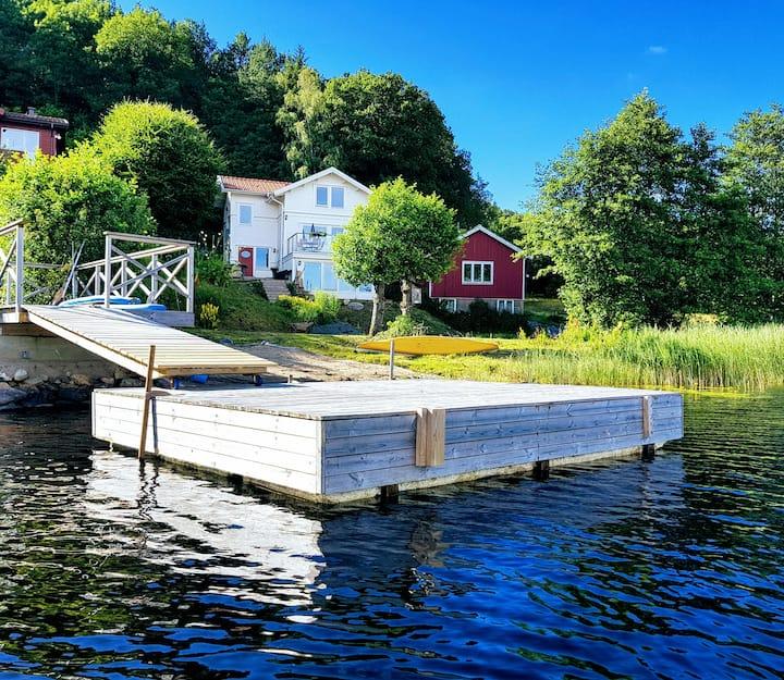 Nybyggt hus med sjöutsikt