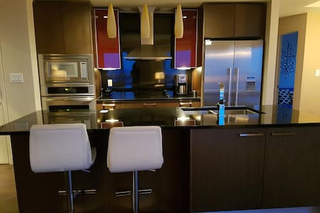Luxury Condo, Steps From Rogers Place Arena - Edmonton - Apartment