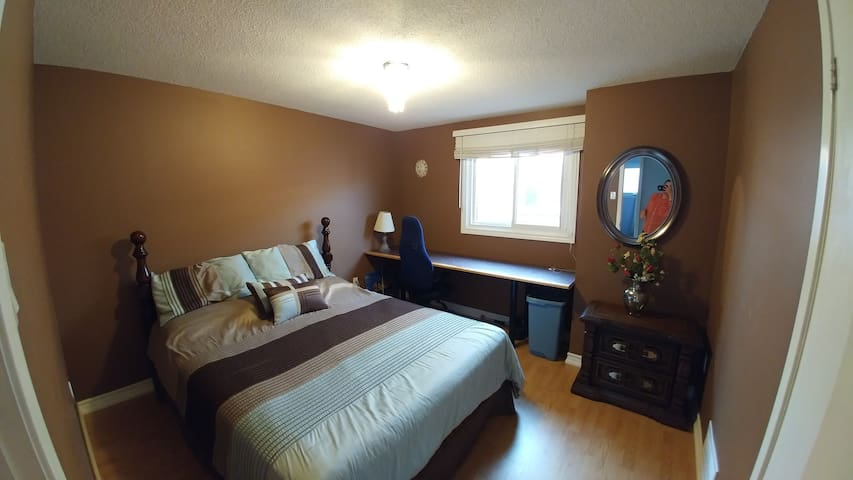 Private Queen bed room located in Brampton