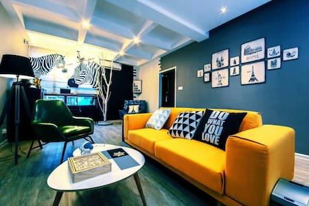 高颜值咖啡书吧主题套房  四房四卫      每房都有淋浴房卫生间电视 - Zhangjiajie Shi