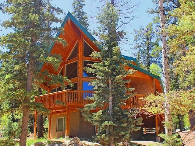 Luxury 4bd/3BA Cabin Close to Zion, Bryce, Skiing - Duck Creek Village - Cabaña