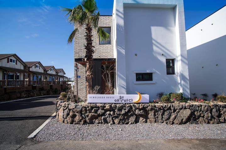"Outstanding accommodation ""Aewol Sea House"""