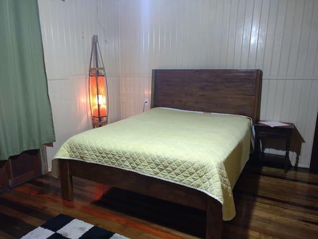 Quarto principal com saída para a varanda e de frente para o chafariz. Neste quarto ainda temos um sofá cama com dois colchões de solteiro