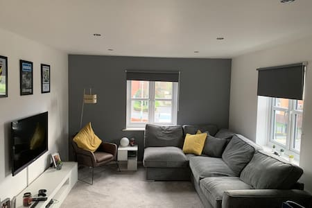 Luxury Apartment, near direct route to Manchester