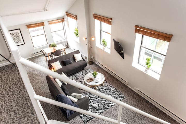 Airy Penthouse 2bd w Balcony+Gym in❤️of Downtown