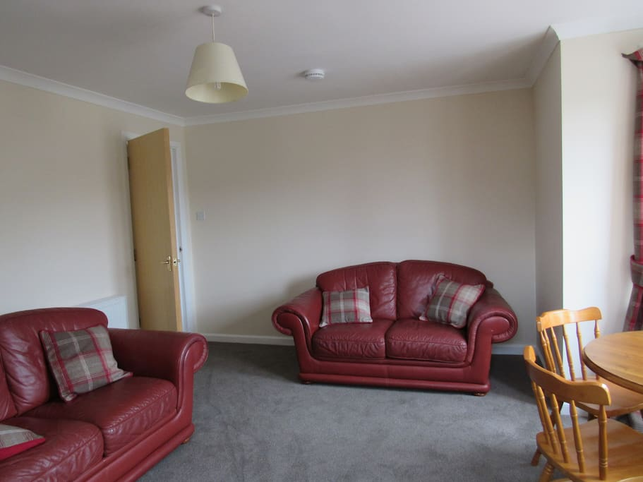 Livingroom with dining table for 4