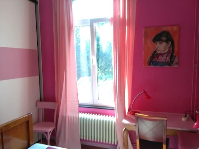 La fenêtre donne sur mon petit jardin et le parc de la maison de repos Les Myosotis. Marguerite fait la tête; elle trouve sans doute la chambre trop girly.
