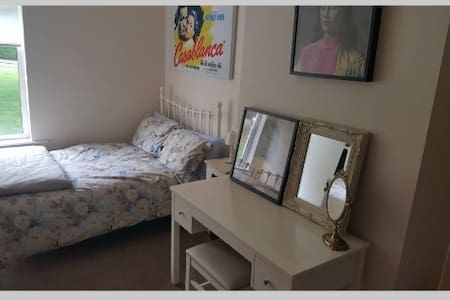 Vic & Dan's Place: Double room in a lovely house - Leeds - Casa