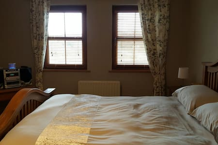 En-suite Double bedroom in Modern House - Fermanagh - Casa