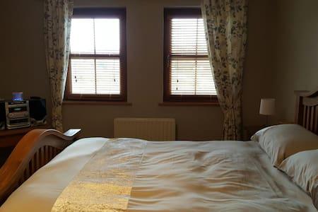 En-suite Double bedroom in Modern House - Fermanagh - Dům