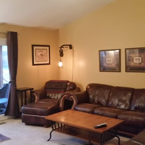 Large Bedroom w/private bath near IU - Bloomington - Casa