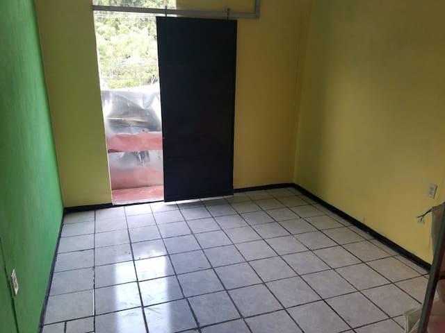 escalon habitacion con baño  independiente