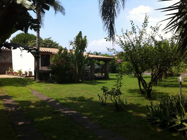 Villa Andrea - Garden by the beach - Mascali - Hus