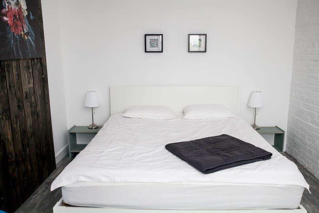 Двухспальная кровать King Size с белоснежным бельем