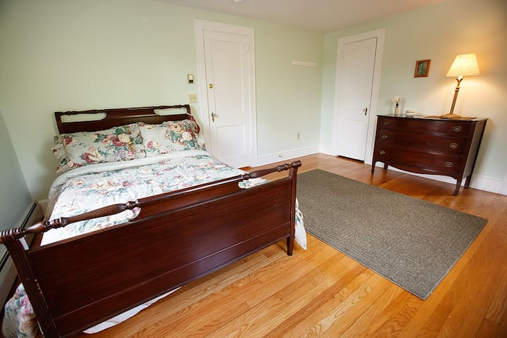 Hummingbird Suite-New England Colonial Estate