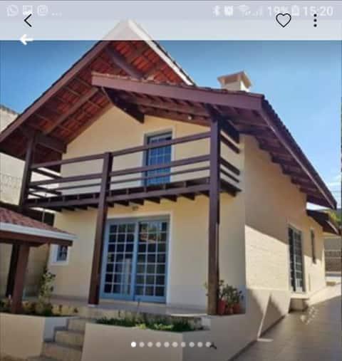 Casa charmosa e aconchegante com vista panorâmica.
