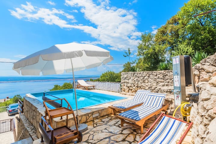 Holiday home with pool and hot tub in Dramalj