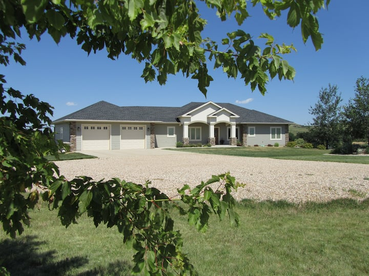 Upscale Country Home, 12 minutes to Sturgis