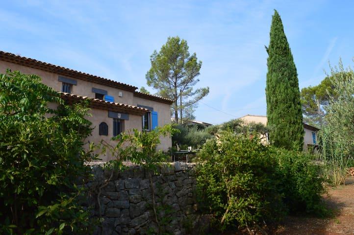 villa et son annexe dans un écrin de verdure
