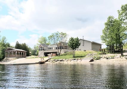 French River 4-bdr Waterfront Cottage with Hot Tub