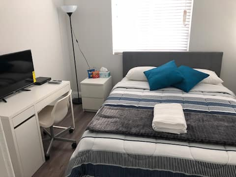 Bright, Nice and Cozy private room B with Smart TV