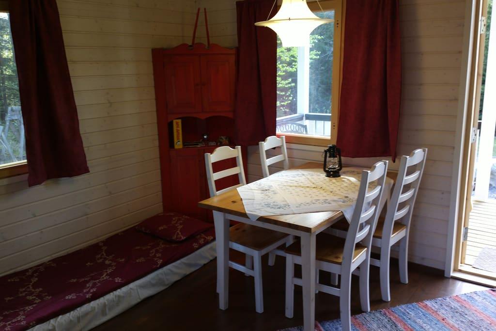 Huoneessa neljän hengen ruokapöytä.  The room includes a  small table for 4