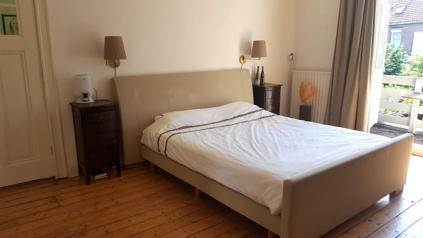 Bedroom with Kingsize bed for 2 adults and balcony