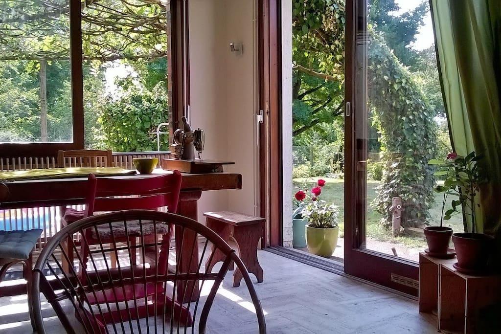 La piéce principale est composée d'une belle tablée,face au jardin, et d'un coin salon.