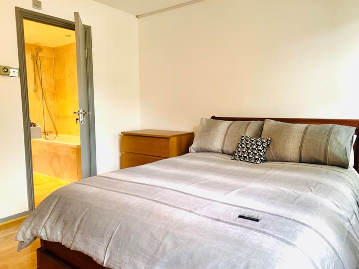T4. En-Suite bedroom in Victoria, Central London