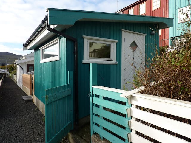 The cabin uphill Tórshavn close to mountain paths. - Tórshavn - กระท่อม