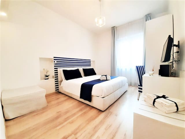 Bedroom ⁐ King Bed Apartment ⁐ DOWNTOWN ⁐ Walk to Beach!