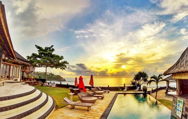 Best Sunset View by The beach in Nusa Ceningan